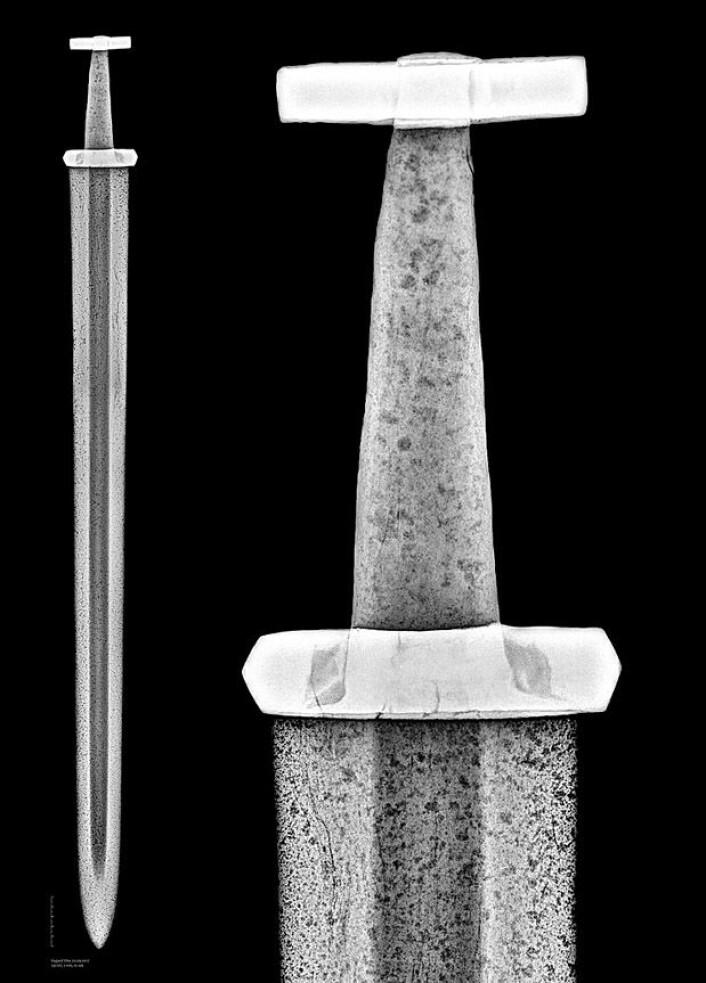 Røntgen av Lesjasverdet. Man kan se at sverdbladet er for bredt til å passe inn i forsenkningen i det fremre hjaltet. Den hjaltdelen ser ut til å opprinnelig ha sittet på et mye smalere blad. (Røntgenfoto: Vegard Vike, KHM/UiO)