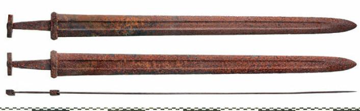 """Sverdet fra Lesja er 92,8 cm langt og veier 1203 gram. Flere bilder av sverdet fra Lesja kan sees i dette <a href=""""http://www.khm.uio.no/forskning/samlingene/gjenstandskalender/2017/oktober/galleri/"""">bildegalleriet</a>. (Foto: Vegard Vike, KHM/UiO)"""