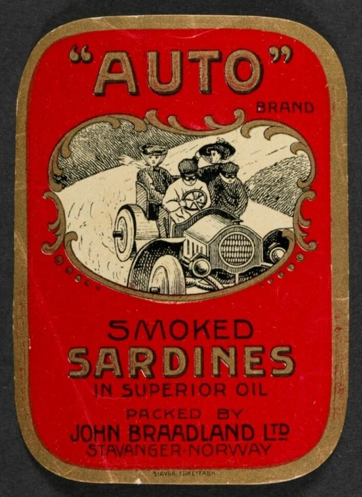 """Etikett av merket """"Auto."""" Her står det """"In superior Oil,"""" et sikkert tegn på at det ikke er brukt dyr olivenolje i esken, men en billigere olje Foto: MUST/ Norsk hermetikkmuseum"""
