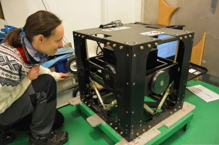 """NGUs nye gravimeter montert ombord på """"G.O. Sars"""". Marie-Andree sjekker at alt er i orden. Foto: MAREANO"""