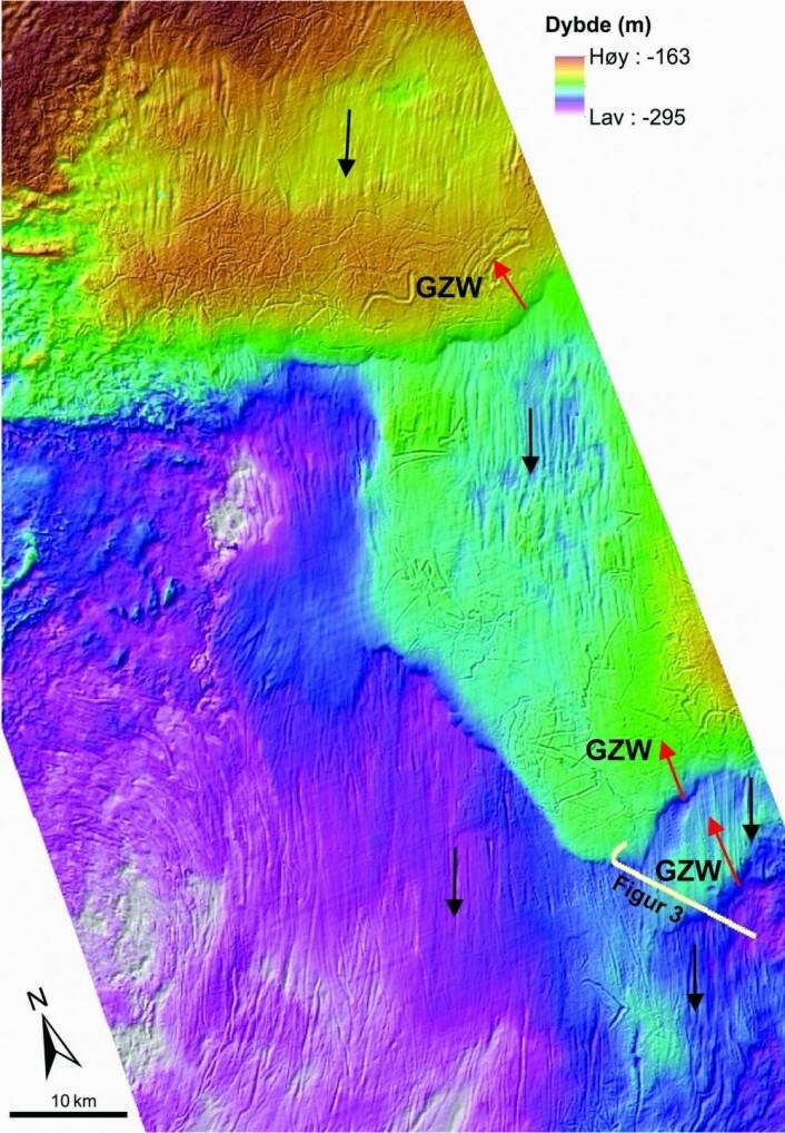 Figur 2. Grunningssonekiler (GZW) og glasiale lineasjoner i den sørlige delen av Sentralbanken, midt i Barentshavet. De glasiale lineasjonene vises som striper, og forteller at isen har glidd langs bunnen mot sør i dette området (svarte piler). Grunningssonekilene er sedimenter avsatt av isen over lineasjonene mens den trakk seg tilbake mor nord (røde piler). Hvit linje viser TOPAS-profilen i Figur 3. Kart: MAREANO