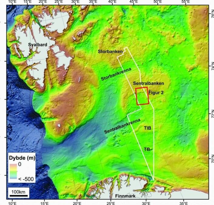 Figur 1. Dybdekart over Barentshavet (fra IBCAO) og MAREANOs dybdedata (hvit avgrensing). Rød firkant viser området i Figur 2. Kart: MAREANO