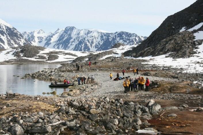 Turister i Virgohamna på nordvestkysten av Spitsbergen. Foto: Anne-Cathrine Flyen, NIKU