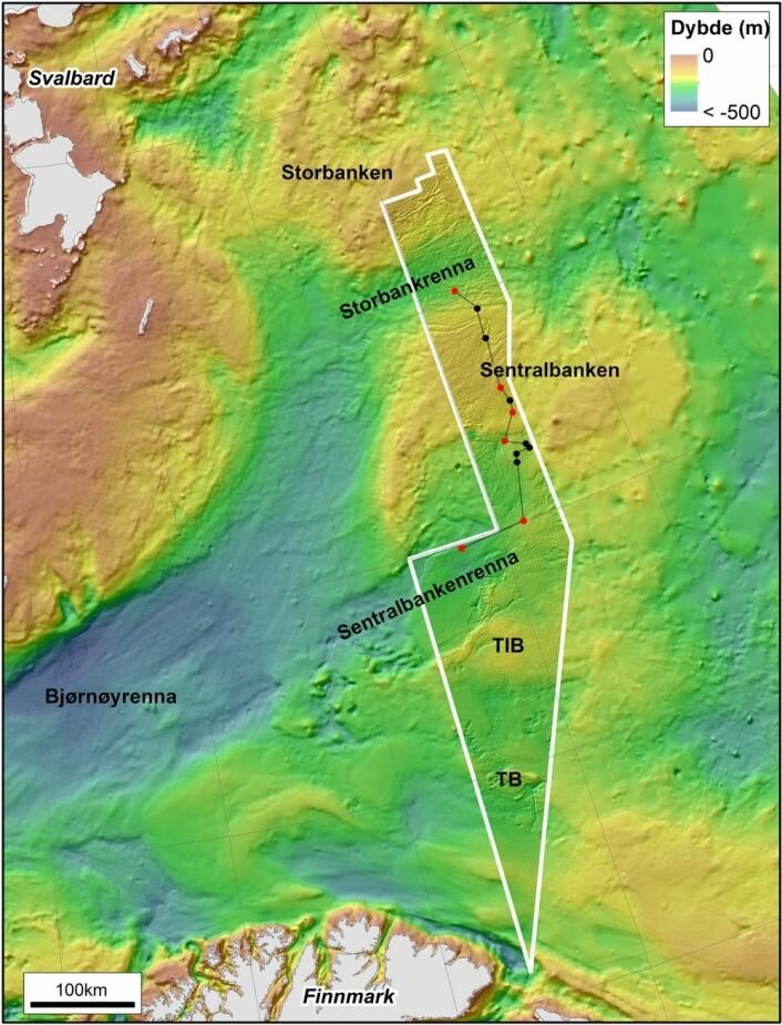 Figur 1: Kartet viser ruten vi har fulgt fra Sentralbankenrenna i sør og opp til Storbankrenna. De røde punktene angir steder hvor vi ha tatt prøver fra bunnen (der har havbunnen blitt filmet på et tidligere tokt i sommer), og de sorte punktene angir steder vi kun har filmet. (Kart: Valerie Bellec, NGU/MAREANO).