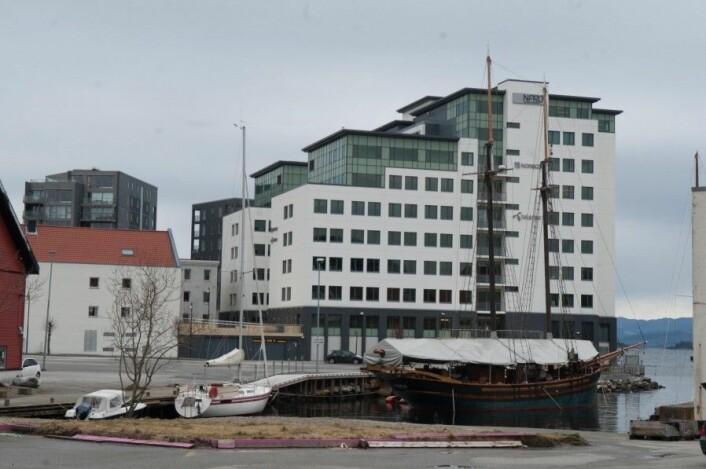På siden av Norwegian Property sitt kontorbygg ses filialfabrikken til Claus Andersens Enke fra 1907. I dette bygget er det i dag flere mindre virksomheter Foto: MUST/ Mathies Ekelund Erlandsen