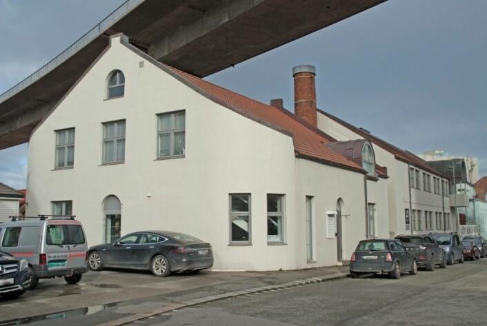 På grunn av broen ble pipen på gamle Atlantic canning Co. kuttet og den gamle hermetikkfabrikken ble bygget om til kontorformål Foto: MUST/ Norsk hermetikkmuseum