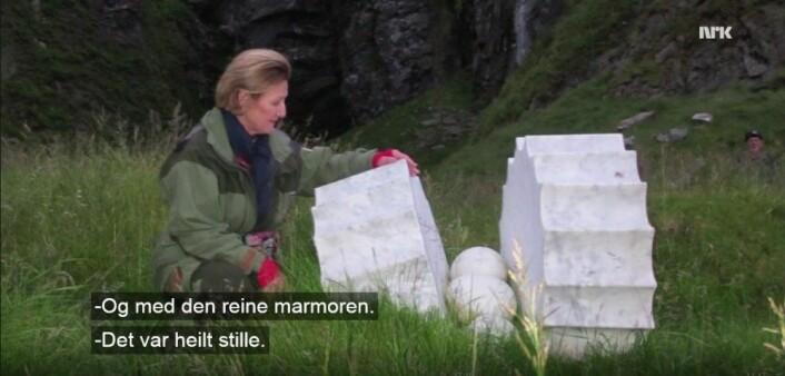 Dronning Sonja opplevde møtet mellom natur og kultur på Vedøya. (Foto: Skjermdump NRK)
