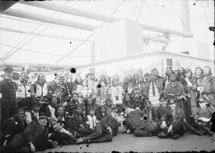Johan Adrian Jacobsen og gruppa med sioux-indianere han rekrutterte fra Pine Ridge reservatet i Sør-Dakota for Hagenbeck-firmaet i 1911. Her på overfarten fra New York. Jacobsen ned t.v. [Kilde: Museum für Völkerkunde Hamburg].