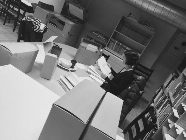 Jessica Phelps arbeider seg gjennom arkivmaterialet hos Riksantikvaren. Foto: Herdis Hølleland