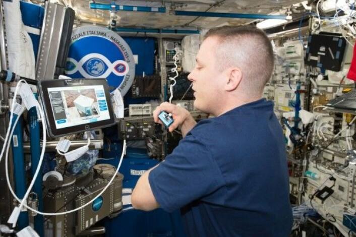 Her er det NASAs astronaut Jack Fisher som styrer romroboten Justin i Tyskland fra romstasjonen. ESA/NASA