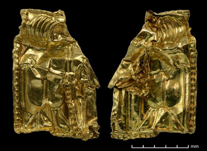 En av gullgubbene fra Åker er krøllete og skadet, noe som vitner om skjørheten til disse lillefingernegl-store gjenstandene. Høyde 10,8 mm, vekt 0,064 gram. (Foto: Vegard Vike, KHM/UiO)