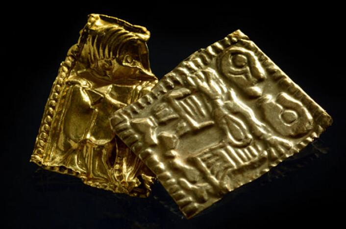 Gullgubbene fra Åker. XRF (røntgenfluorescensanalyse) viser at den ene gullgubben (t.h.) har et høyere sølvinnhold, noe som forklarer den lysere gullfargen. (Foto: Vegard Vike og Jessica McGraw, KHM/UiO)