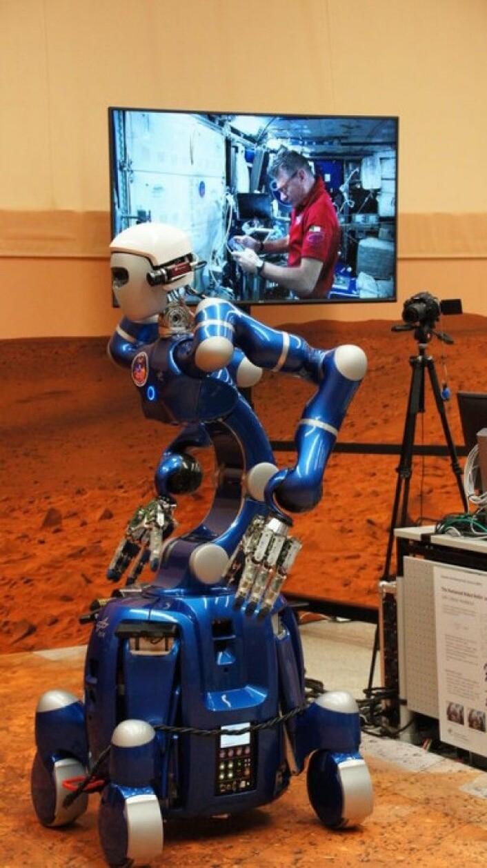 ESAs italienske romfarer, Paolo Nespoli, styrte roboten Justin på jorda fra romstasjonen. DLR