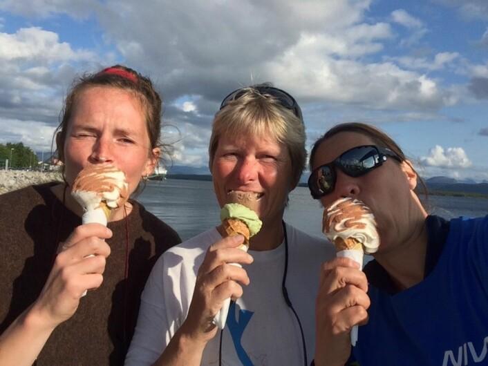 På bildet ser du masterstudent Cecilie Smit (til venstre, med is på nesen), forskningsassistent og assisterende toktleder Lise Tveiten (i midten) og prosjektleder og toktleder Trine Bekkby (til høyre). Bildet er tatt på fergekaia i Molde, på vei til Ulsteinvik, vi feirer vellykket taretokt.