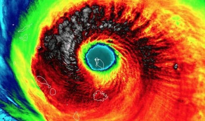 Den karibiske øya Barbuda midt i orkanens øye, sett med VIIRS-instrumentet fra den amerikanske værsatellitten Suomi-NPP, med St. Maarten oppe til venstre i bildet. (Bilde: UW-Madison_CIMSS)