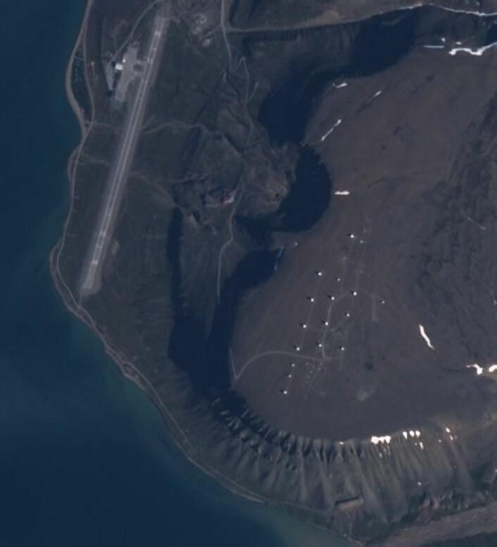 Satellittstasjonen og flyplassen sett fra Sentinel-2. (Bilde: Copernicus Sentinel data 2017)