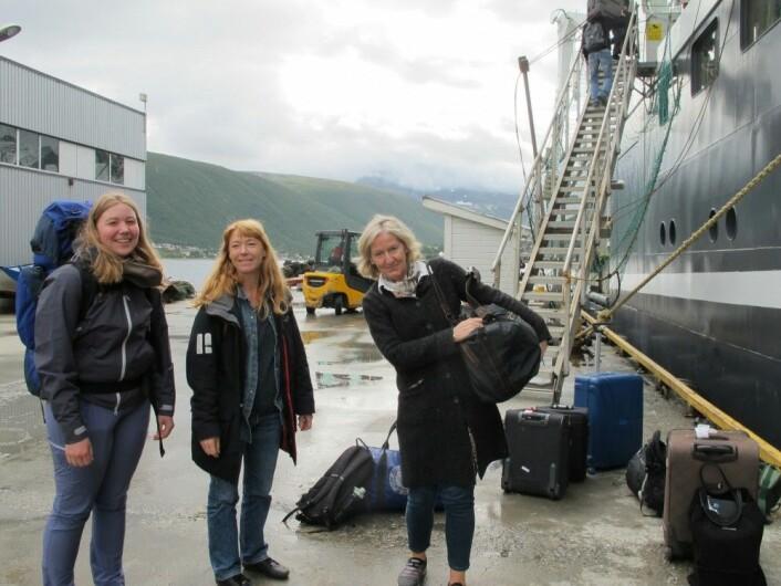 Forskerne strømmer til før avgang. Fra venstre ses student Jenny Neuhaus (UiB), HIs Lene Buhl-Mortensen og Karen Gjertsen. Foto: Havforskningsinstituttet