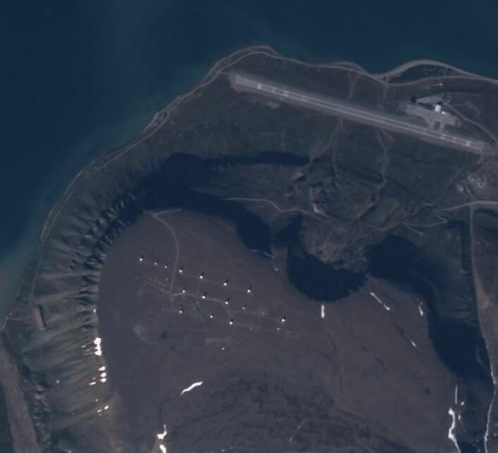 Bakkestasjonen Svalsat, og flyplassen i Longyearbyen, sett fra en av Sentinel-2 satellittene. (Bilde: Copernicus Sentinel data 2017)