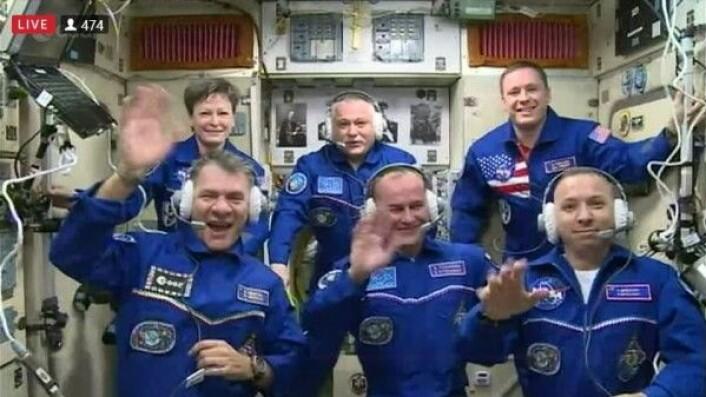 Vel fremme på romstasjonen bare 6 timer etter oppskyting. Paolo Nespoli sitter foran til venstre på bildet. ESA