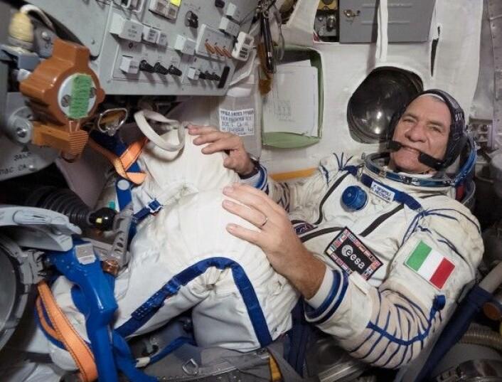 Paolo inne i en Sojus-kapsel. Når du er 188 cm høy blir det trangt i romfartøyet. ESA