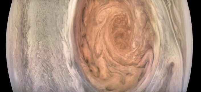 "Bilde av Jupiters røde flekk, tatt under syvende nærpassering. (Foto: NASA/JPL-Caltech/MSSS/SwRI/Kevin M. Gill, <a href=""https://creativecommons.org/licenses/by/2.0/"">CC BY 2.0</a>)"