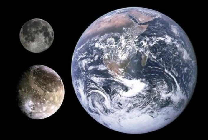 Jupiters største måne, Ganymedes (nederst til venstre), sammenliknet med månens og jordas størrelse. NASA/JPL/DLR