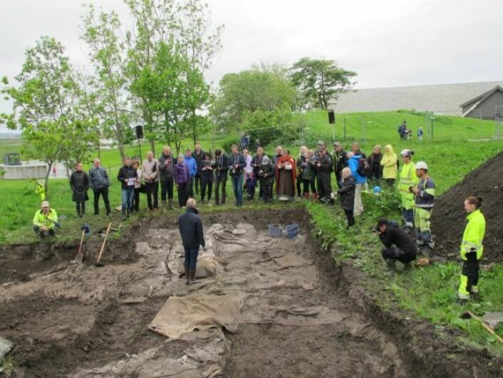 Prosjektleder professor Dagfinn Skre taler til de fremmøte på den offisielle åpningen av utgravningen i regi av Karmøy kommune. (Foto: John Atle Stålesen, UiO)