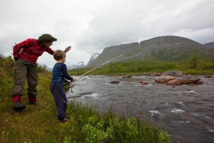 På fisketur med familien min i en liten lakseelv i Troms. (Foto: Privat)