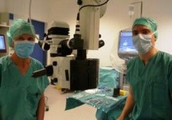 Professor Liv Drolsum ( til venstre) har operert alle pasientene i studien. Til høyre lege i spesialisering og stipendiat Olav Kristianslund. (Foto: Randi Johansen)