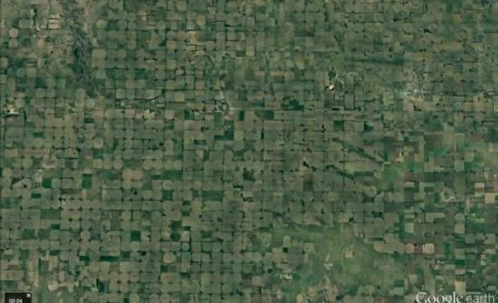 Åkre med vanningssystemer som går i sirkel og i andre mønstre i Nebraska i USA. Google Earth