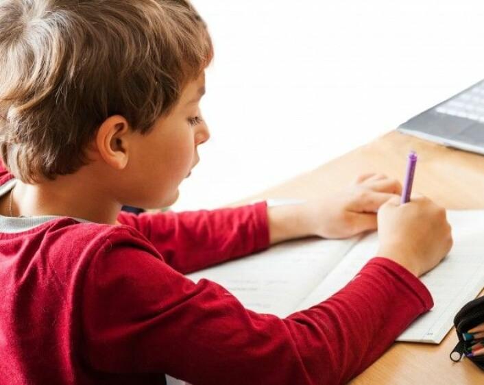 Skoler som har gått vekk fra blyantundervisning i første klasse, legger ofte vekt på at håndskrift er motorisk vanskelig for mange av skolestarterne, og at nettbrett gir en kortere vei inn til lesing og skriving. (Foto: Colourbox)