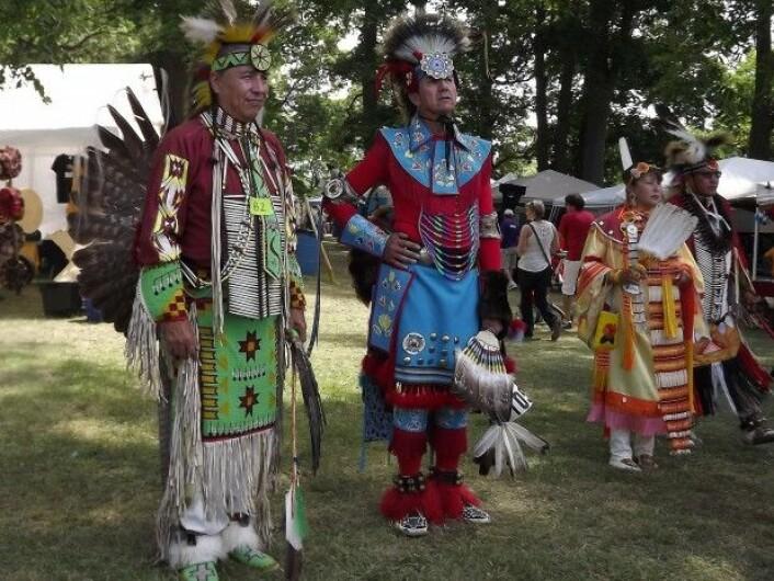 Alle læreverkene i studien viste urbefolkning i hovedsak i tradisjonelle klær og omgivelser. (Foto: danutaniemiec / Pixabay)