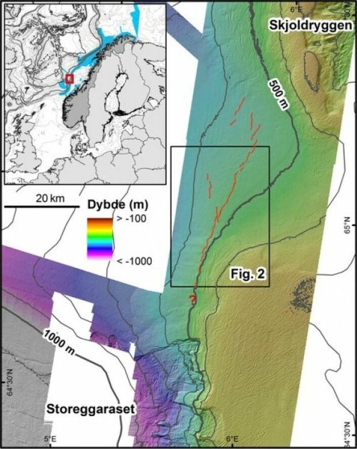 Sprekkesonen på øvre del av skråningen nord for Storeggaraset er ca. 50 km lang (røde linjer). Noen kortere og mindre iøynefallende sprekker på større vanndyp er også vist.(Kart: MAREANO)
