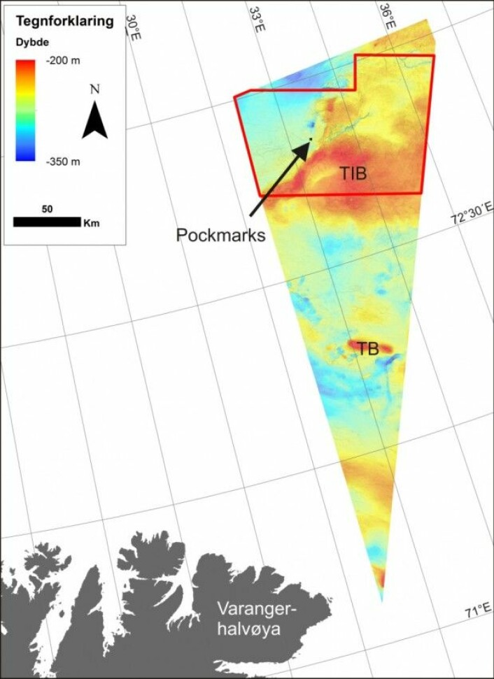 Kartutsnitt fra Barentshavet som viser hvor MAREANOs toktområde (rødt omriss) er i forhold til fastlands-Norge. Den svarte pilen peker på et utsnitt vist i bildet under. TB: Tiddlybanken; TIB: Thor Iversenbanken.(Kart: MAREANO)