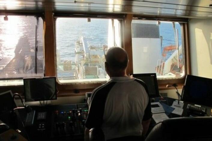 Også av sikkerhetsgrunner følger kaptein Ståle Fredriksen på G.O.Sars nøye med på det som skjer på dekk når MAREANOs prøvetakingsutstyr settes ut i sjøen og tas inn. Stor takk til mannskapet for all hjelp med utstyr og positive holdning til vårt arbeid om bord. (Foto: MAREANO)
