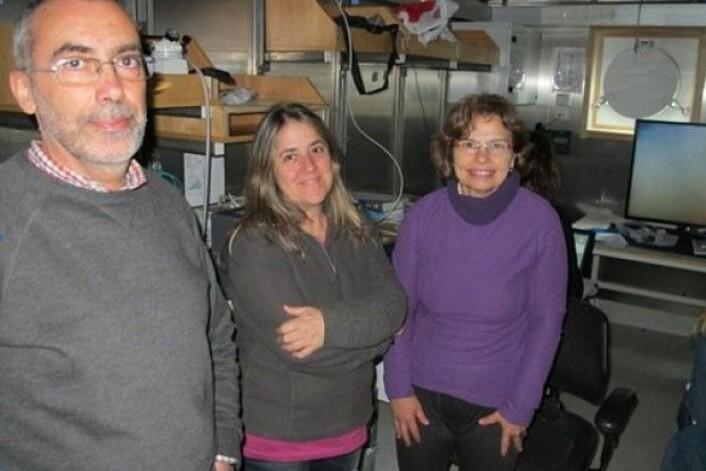 Gjesteforskere på MAREANO-tokt. Fra venstre Victor Henriques, Teresa Drago og Maria José Gaudéncio, alle fra det Portugisiske hav- og luftforskningsinstituttet.(Foto: MAREANO)