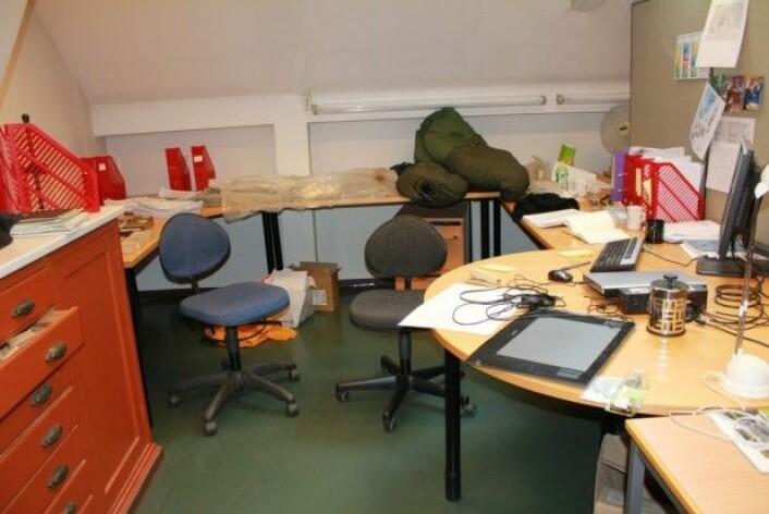 Doktorgradskontor etter ett år. Soveposen er der fordi jeg har tøft feltarbeid, jeg sover ikke på kontoret. (Foto: LLD)