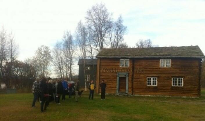 Nordiskstudentar frå UiT på Kongsvoldtunet ved Rostavatnet i Målselv.(Foto: Øystein A. Vangsnes)