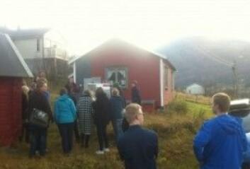 Omvisning ved Sjit-helvedes-kåken i Manndalen. (Foto: Øystein A. Vangsnes)