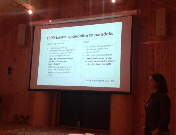 Åse Mette Johansen føreles om ytre språkhistoriske forhold i Nord-Troms i Nisga'a-langhuset på Riddu-sletta i Manndalen.(Foto: Øystein A. Vangsnes)