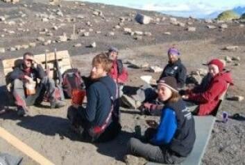 Frokost i felt, 2011. Krzysztof i midten. (Foto: Spitsbergen Jurassic Research Group)