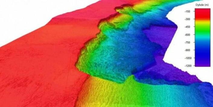 Tredimensjonal framstiling av MAREANOs detaljerte dybdedata sett langs Eggakanten fra nord mot sør. Dataene viser tydelig det dramatiske og forrevne landskapet dannet av Storeggaraset. Den relativt flate kontinentalsokkelen (røde farger) slutter plutselig ved sokkelkanten. Landskapet nedover kontinentalskråningen (gule til blå og lilla farger) er dominert av skredgroper og skredblokker. (Multistråledata: MAREANO/Kartverket)
