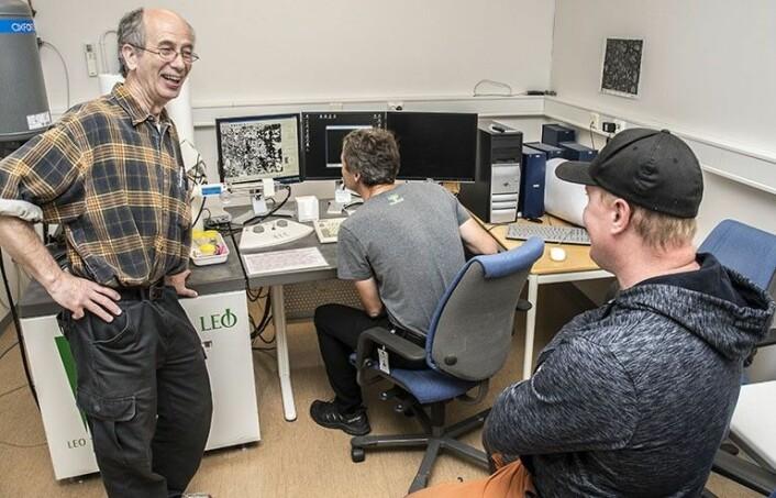 Geolog Lars Olsen er begeistret for rekordfunnet til Marius Frang. Henrik Schiellerup studerer gullklumpen i NGUs elektronmikroskop. (Foto: Filip Gundersen / NGU)