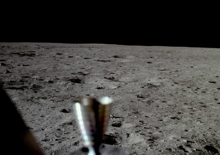 Dette mindre kjente bildet tok Neil Armstrong rett etter landing på Månen som en rask dokumentasjon, slik at ferden ikke skulle bli forgjeves hvis oppholdet på overflaten måtte avbrytes. (Foto: Neil Armstrong, NASA)