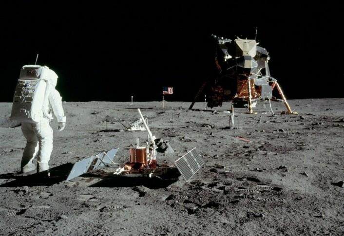Vitenskapelige assistenter: Edwin Aldrin setter opp et seismisk eksperiment i Stillhetens hav på Månen under Apollo 11-ekspedisjonen. (Foto: Neil Armstrong, NASA)
