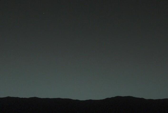 Marskjøretøyet Curiosity tok dette bildet av Jorda som en kveldsstjerne i skumringen på Mars 31. januar 2014. I full størrelse (klikk på bildet) kan Månen såvidt sees om en svakere lysprikk under Jorda. (Foto: NASA/JPL)