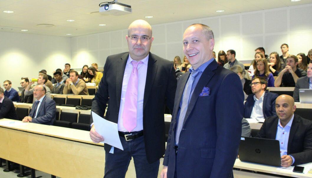 Professor Giuseppe Grossi (t.v.) og professor Anatoli Bourmistrov under konferansen High North Dialogue. (Foto: Trine Jonassen, Nordområdesenteret)