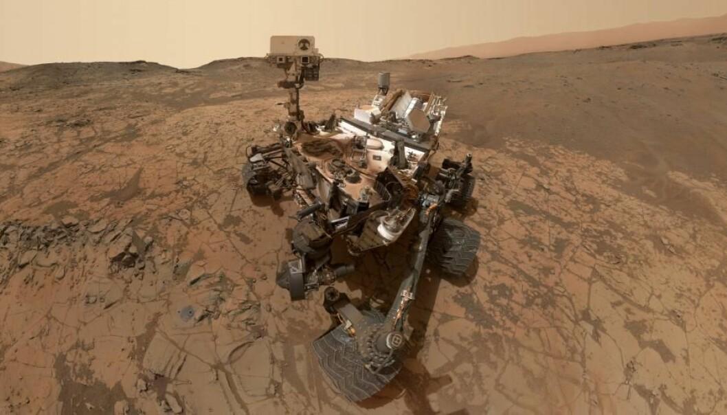 Curiosity tok en selfie i det området der det en gang har vært sjøbunn, og der roveren nå har funnet organiske molekyler i boreprøver.  (Foto: NASA/JPL-Caltech/MSSS)