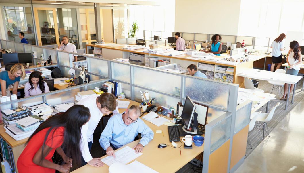 God kommunikasjon, medbestemmelse og brukermedvirkning både i forkant, undervegs og i ettertid, er avgjørende for at innføringen av åpent kontorlandskap lykkes. (Illustrasjonsfoto: Shutterstock / NTB Scanpix)