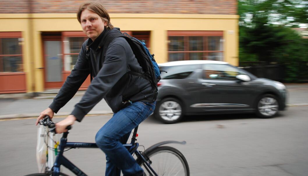 Osloborger Henrik Sundt sykler uten hjelm. Det gjør også halvparten av syklistene i Norge. Nå viser ny forskning at sykkelhjelm reduserer risiko for alvorlige hodeskader med 60 prosent. (Foto: Marte Dæhlen, forskning.no)